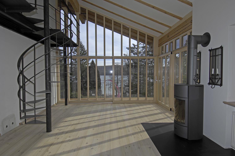 Wohnhaus Pilsensee Umbau Galerie Stahl schwarz Wendeltreppe Holz Wohnzimmer Dachschräge Kamin