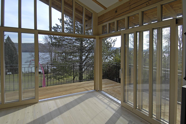 Wohnhaus Pilsensee Umbau Wohnzimmer Holz Balkon Fenster Dachschräge