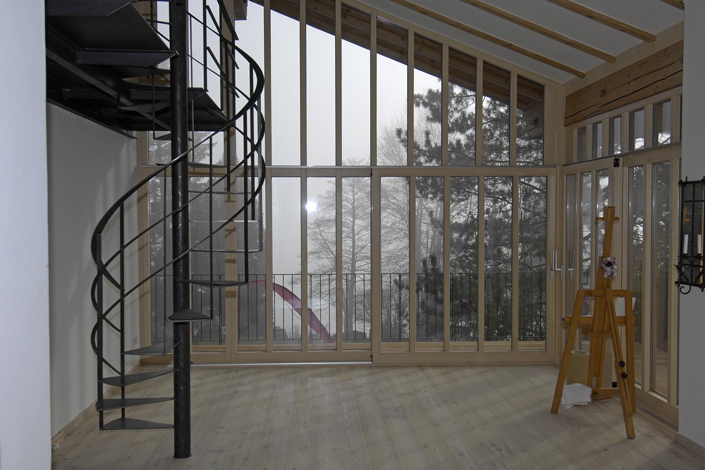 Wohnhaus Pilsensee Umbau Galerie Stahl schwarz Wendeltreppe Holz Fenster Dachschräge