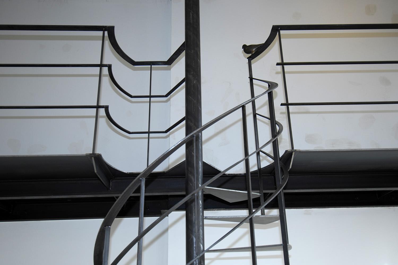 Wohnhaus Pilsensee Umbau Galerie Stahl schwarz Wendeltreppe