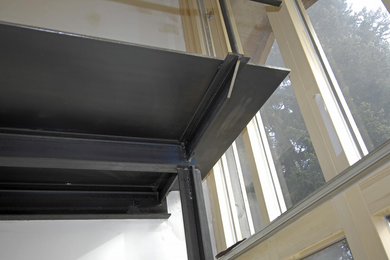Wohnhaus Pilsensee Umbau Galerie Stahl schwarz Fenster Holz Detail