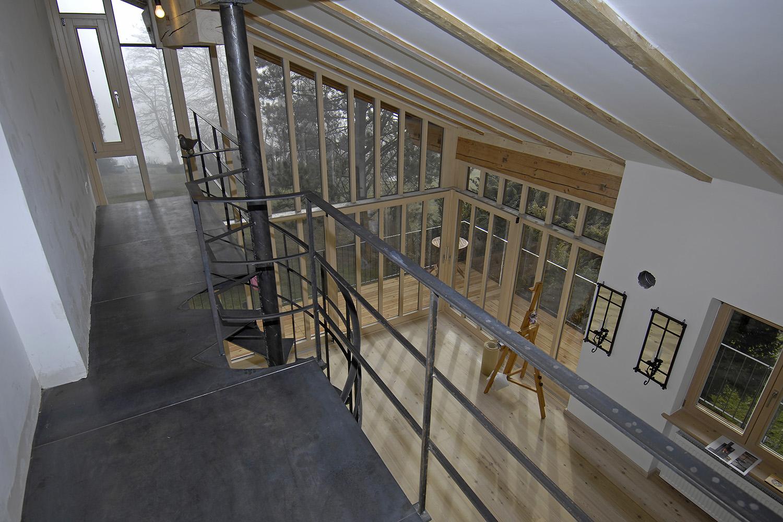 Wohnhaus Pilsensee Umbau Galerie Stahl schwarz Wendeltreppe Holz