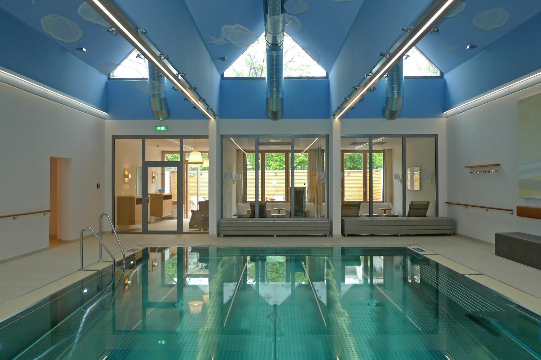 Wellnessbereich Senioren-Wohnstift Vitalisarium Ainring Wellness Spa Senioren Hallenbad Schwimmbcken Decke Zentral