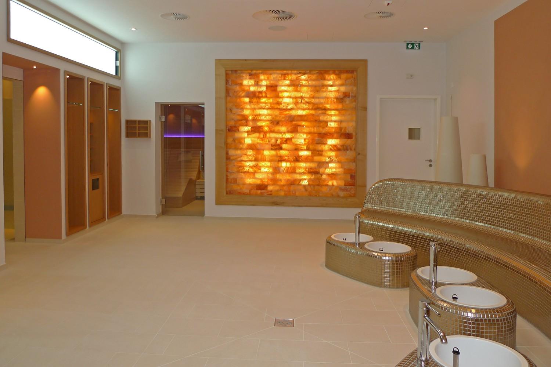 Wellnessbereich Senioren-Wohnstift Vitalisarium Ainring Wellness Spa Senioren Mosaik Fliese Gold