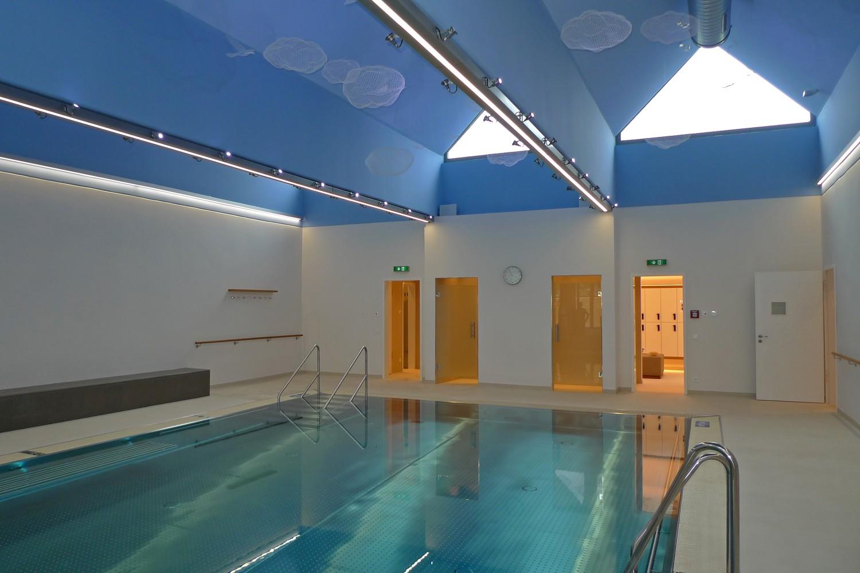 Wellnessbereich Senioren-Wohnstift Vitalisarium Ainring Wellness Spa Senioren Hallenbad Schwimmbecken Dacke