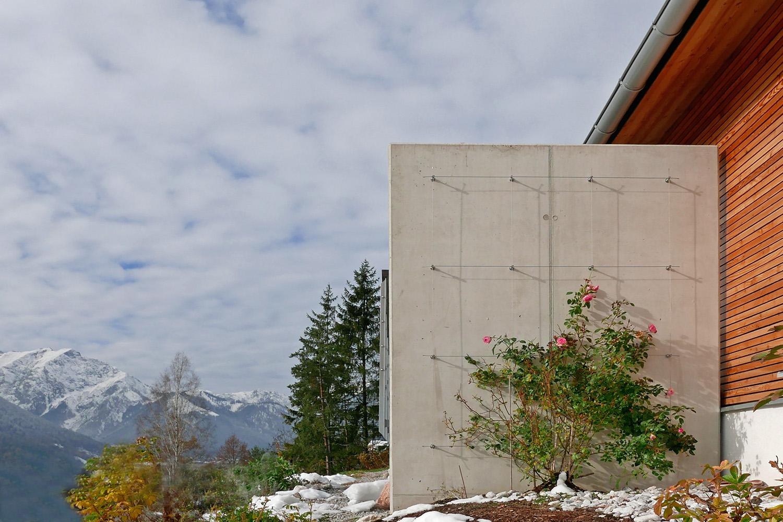 Wohnhaus Achensee Rofangarten Holzhaus Niedrigenergiehaus Betonwand Spalier Rose Sichtschutz
