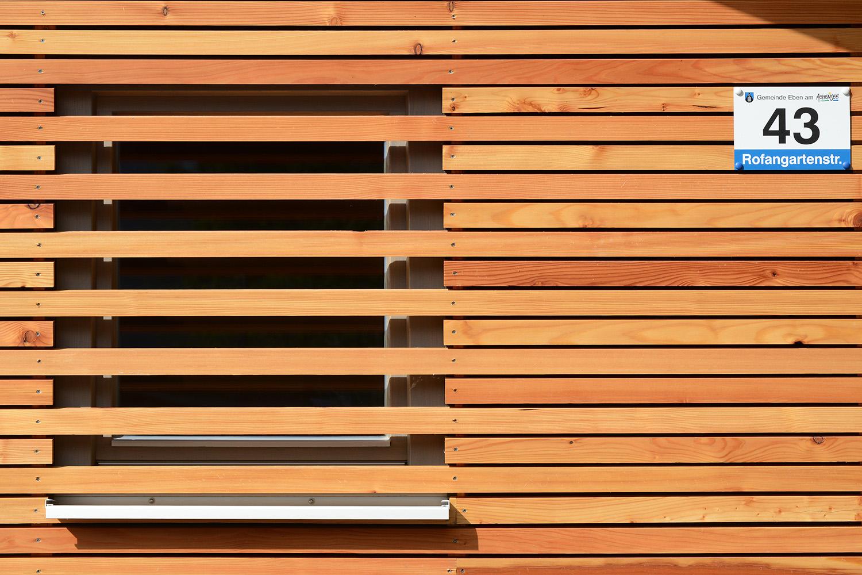 Wohnhaus Achensee Rofangarten Holzhaus Niedrigenergiehaus Fassadendetail Fenster Lattung Lärche
