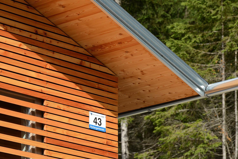 Wohnhaus Achensee Rofangarten Holzhaus Niedrigenergiehaus Dachüberstand Dachuntersicht Lärche