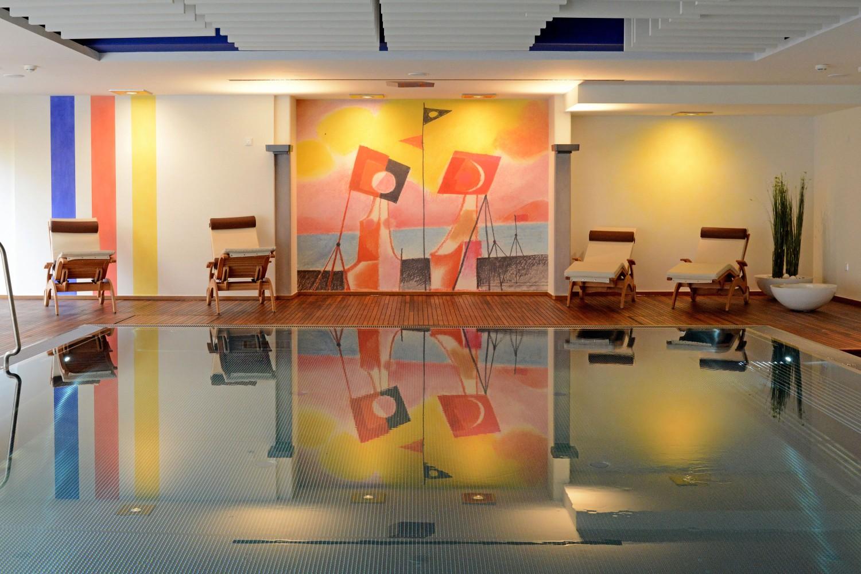 Wellness Senioren-Wohnstift Vitalisarium Bonn Spa Senioren Hallenbad Wandmalerei Decke Schwimmbecken Holz Podest