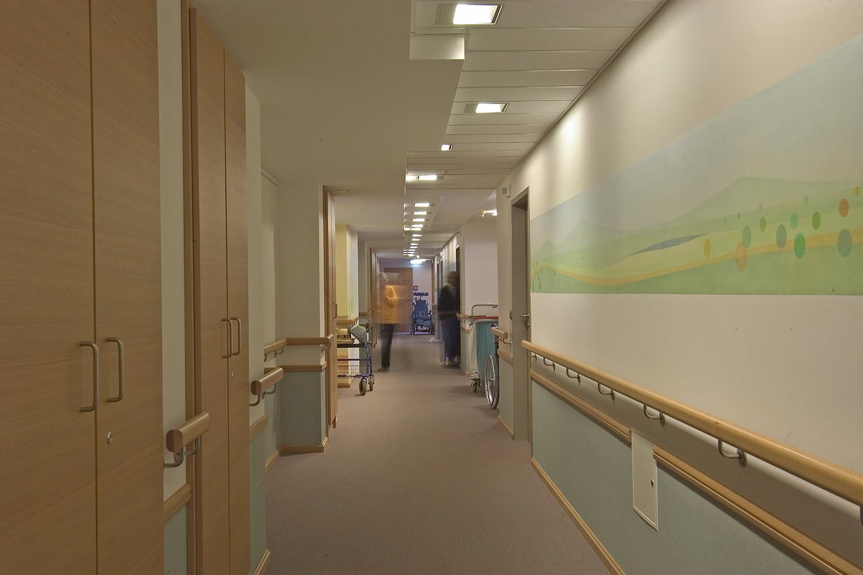 Pflegewohnbereich Senioren-Wohnstift Ainring Pflegestation Flur Wandmalerei